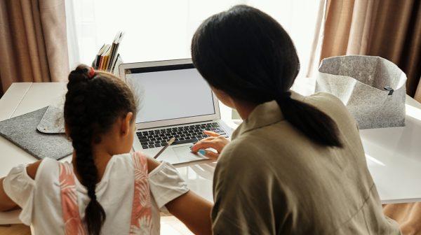 Werkende ouders in de problemen bij langere sluiting scholen thuisonderwijs