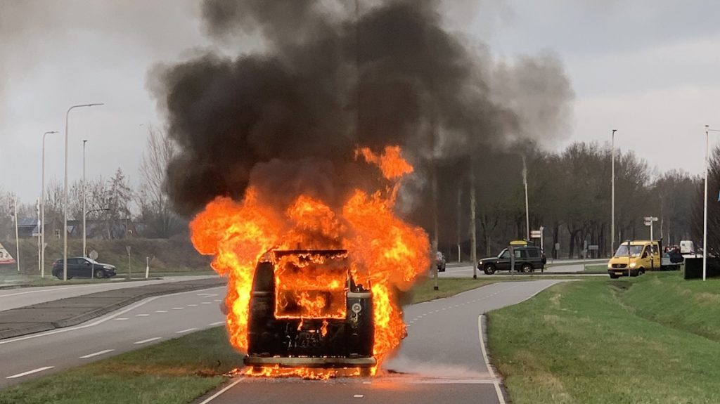 Tot zover de vintage trouwauto: 'Binnen twee minuten sloegen vlammen uit de bus'