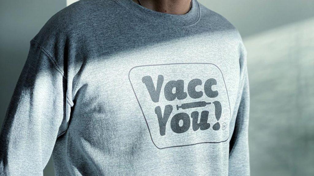 Vacc You! Duuk (19) maakt 'zieke' vaccinatie-merchandise