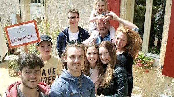 Florence en gezin met zeven kinderen leven met avondklok