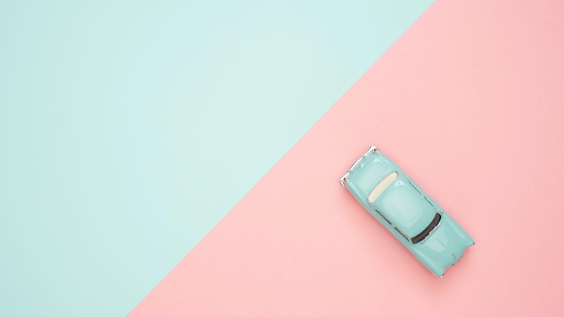 Een kleuter in een gestolen auto, autodief leest moeder de les
