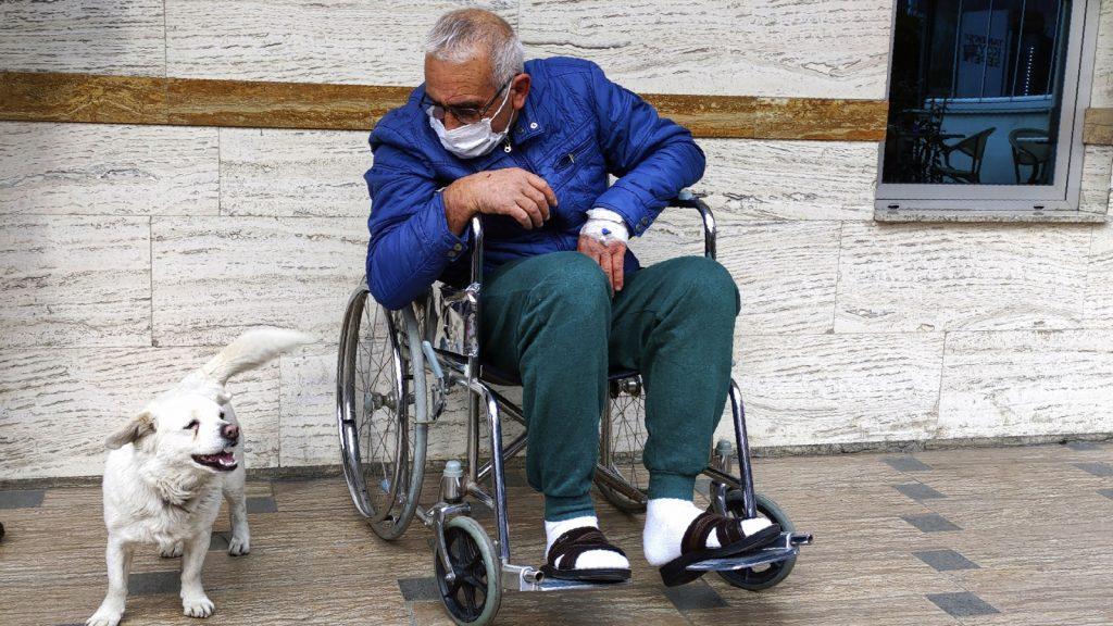 Hond Boncuk wacht dagenlang buiten ziekenhuis waar baasje ligt