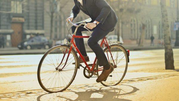 Deze fietser probeert de avondklok-controle te omzeilen