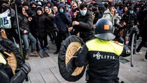 Coronaprotesten in Eindhoven en Amsterdam, politie grijpt in