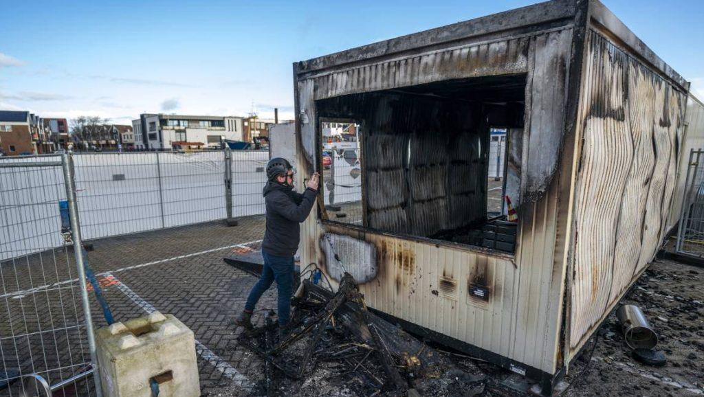 In Urk staken jongeren bij rellen een testlocatie in brand.