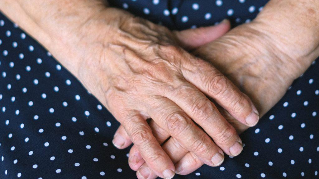 101 jaar oude oma, gevlucht voor Tweede Wereldoorlog, krijgt vaccin en gaat viral