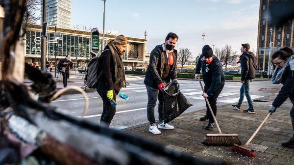 Burgers helpen stadsreiniging Eindhoven troep opruimen na rellen
