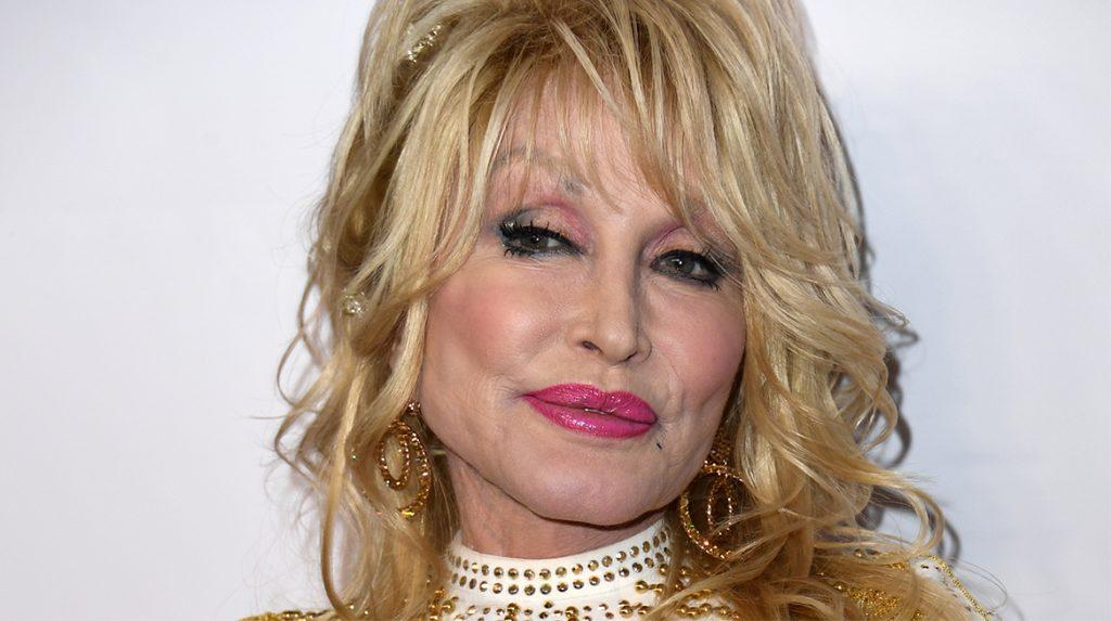 Dolly Parton (75) wacht ondanks haar leeftijd nog even met coronaprik