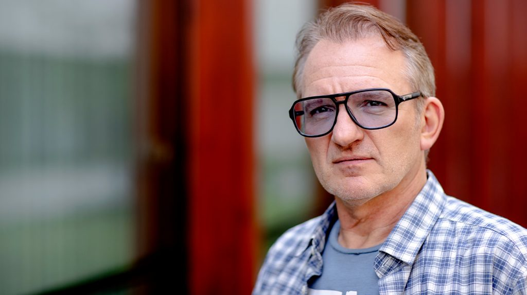 Radio-dj Jeroen van Inkel is zijn stem kwijt, twee weken niet op de radio