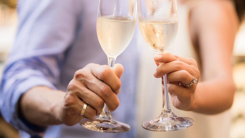 Caroline stond stijf van de pijnstillers op haar grote dag: '7-up in mijn champagneglas'