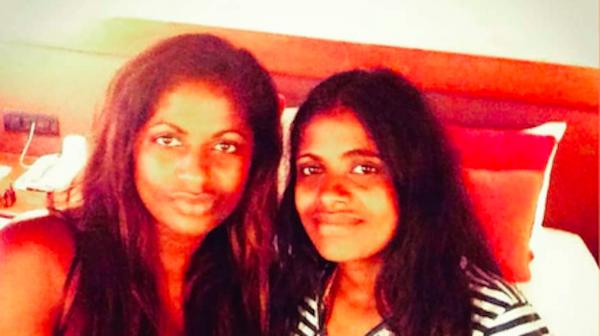 Nanaya vond haar eeneiige tweelingzus in Sri Lanka en nu zijn ze dikke vriendinnen