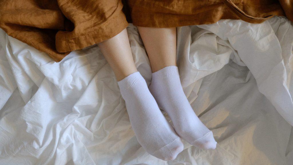 Blijkbaar moeten we toch met sokken naar bed (ja, echt)