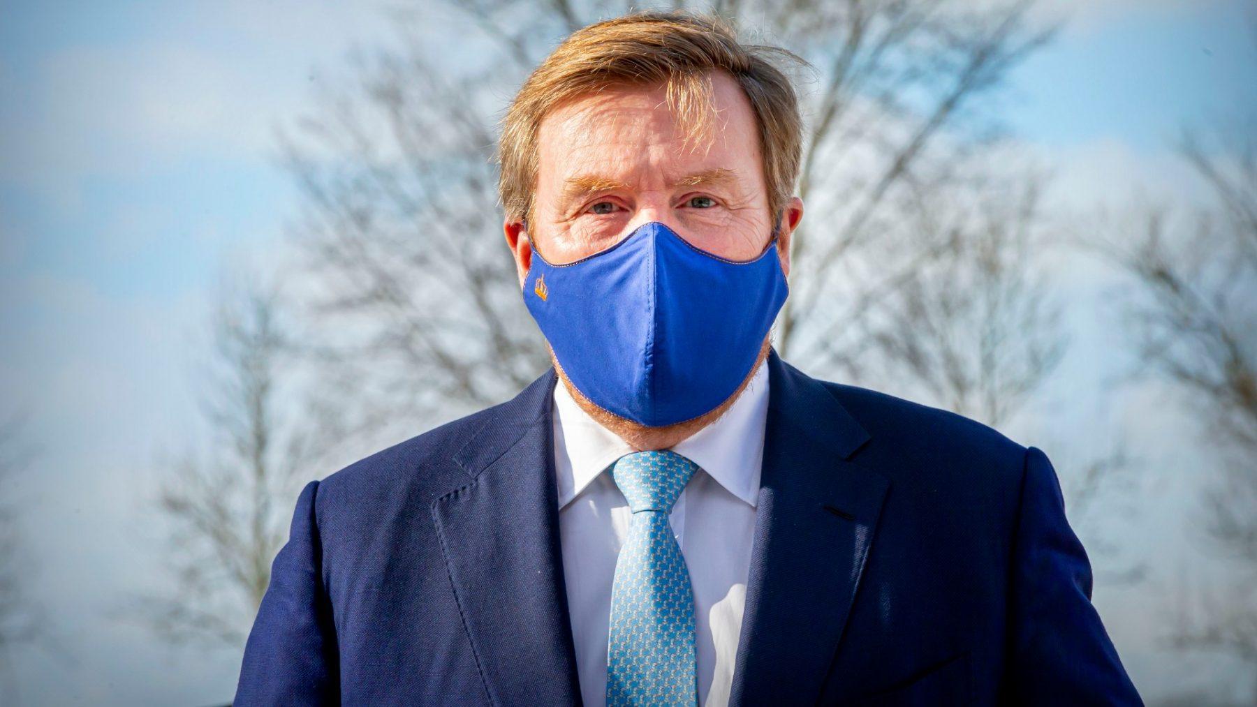 Koning Willem-Alexander verruilt zijn bekende blauwe pak voor een trui: 'Best uniek'