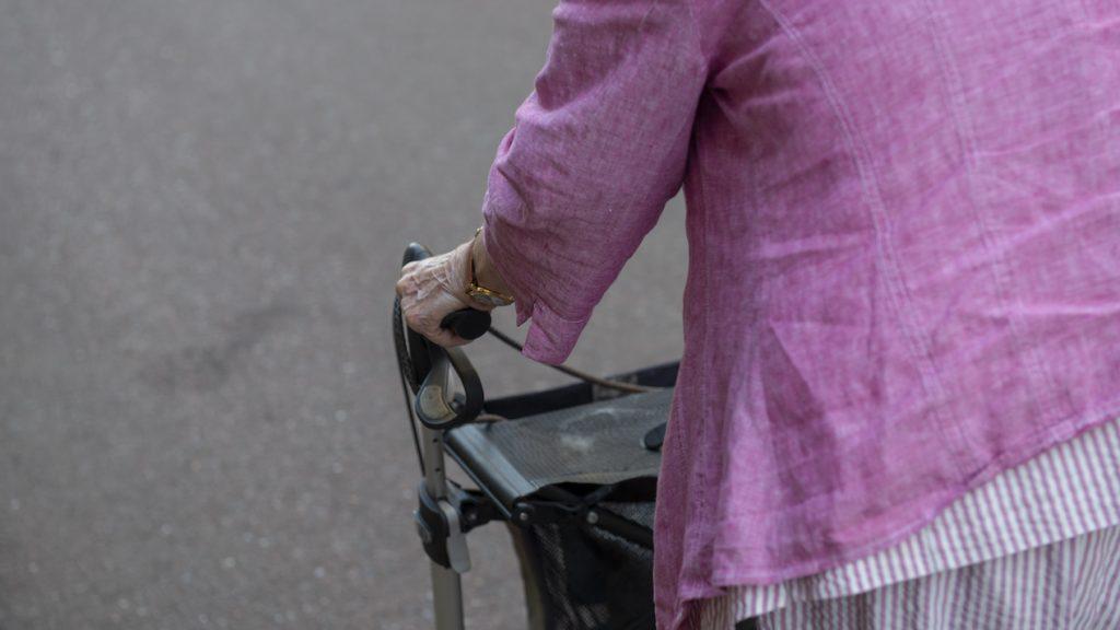 Vrouwen verkleden zich als bejaarden voor coronavaccin