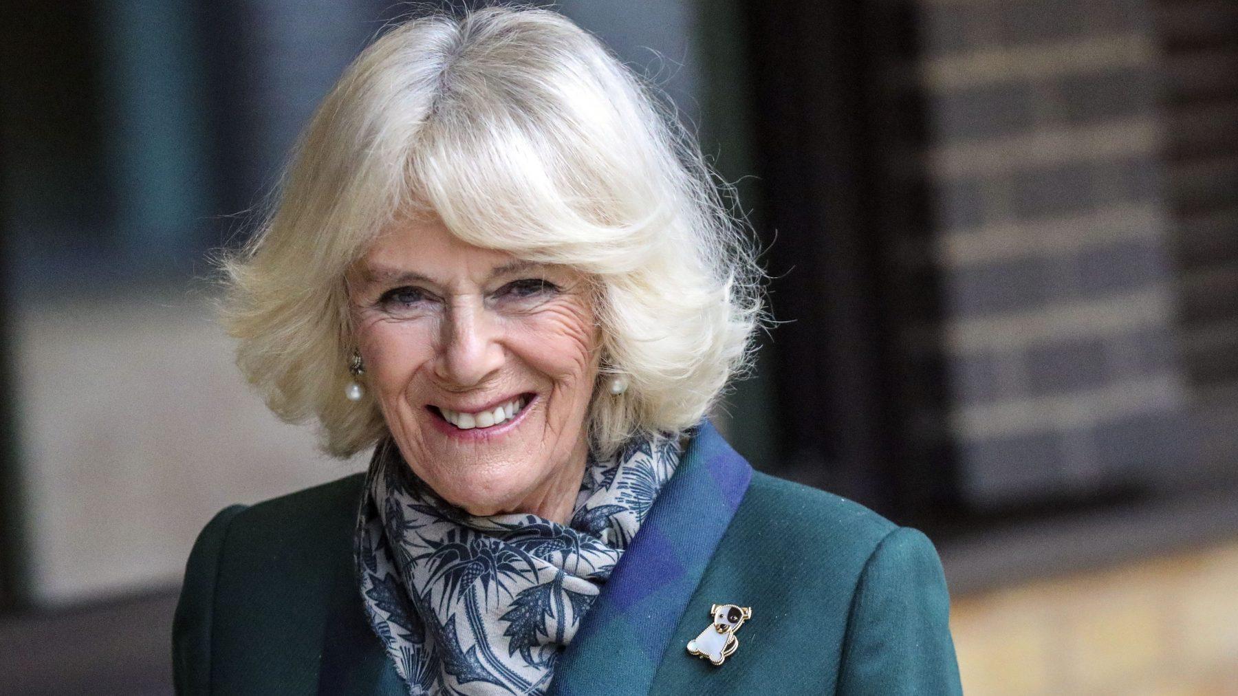 Camilla blijkt onverwacht stijlicoon, sneakers in no time uitverkocht - LINDA.