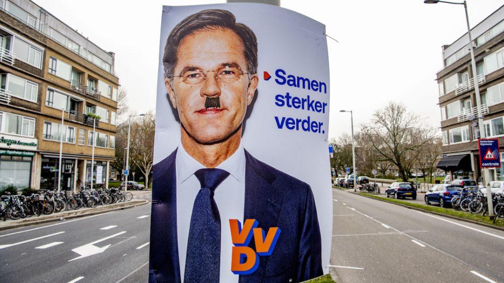 Verkiezingsposters Mark Rutte in De Lier kregen Hitlersnor 'cadeau'