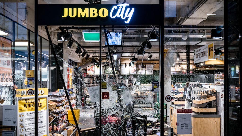 Jumbo geplunderd tijdens rellen in Eindhoven
