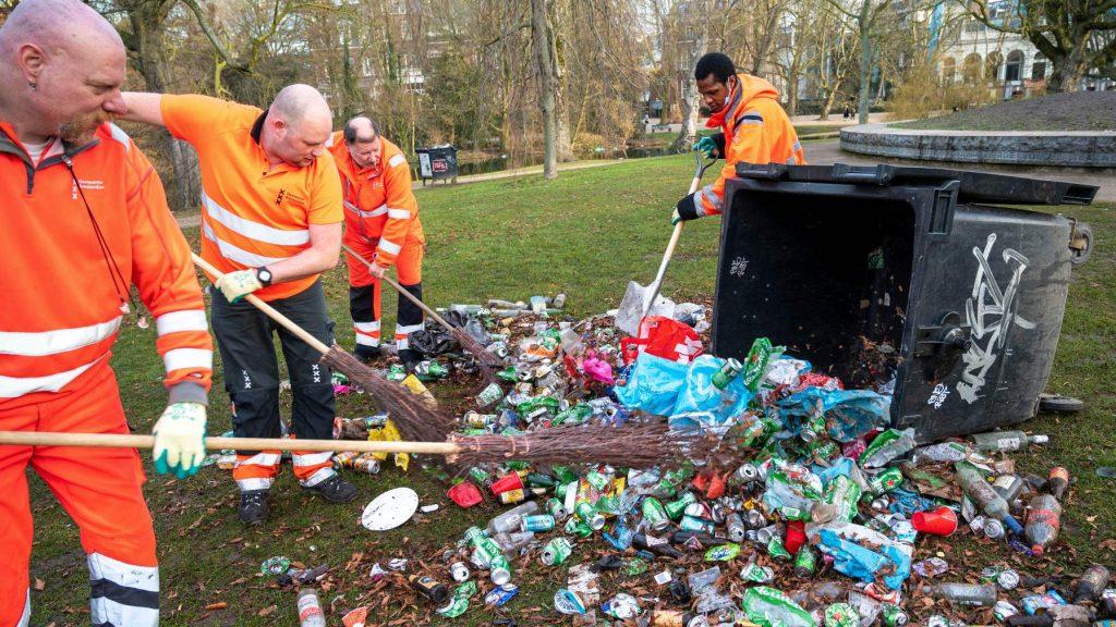 Bekend Nederland maakt zich boos over achtergelaten afval in Vondelpark