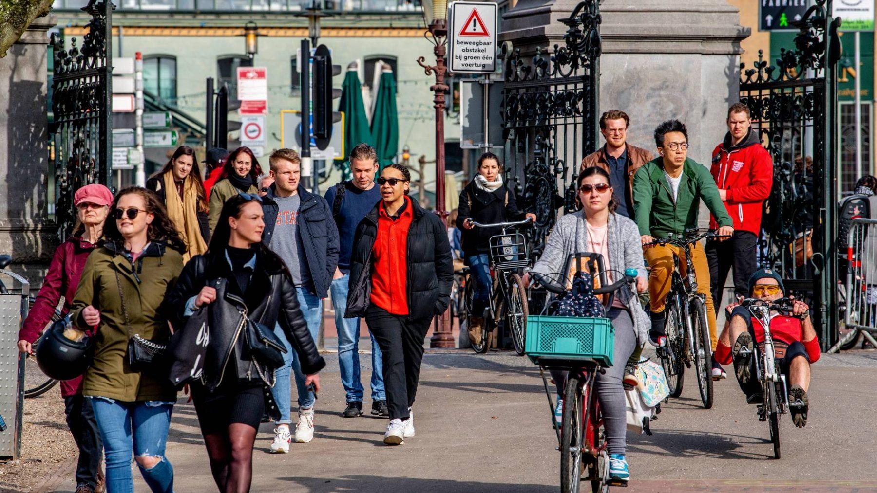 Gemeente Amsterdam sluit het Vondelpark vanwege drukte