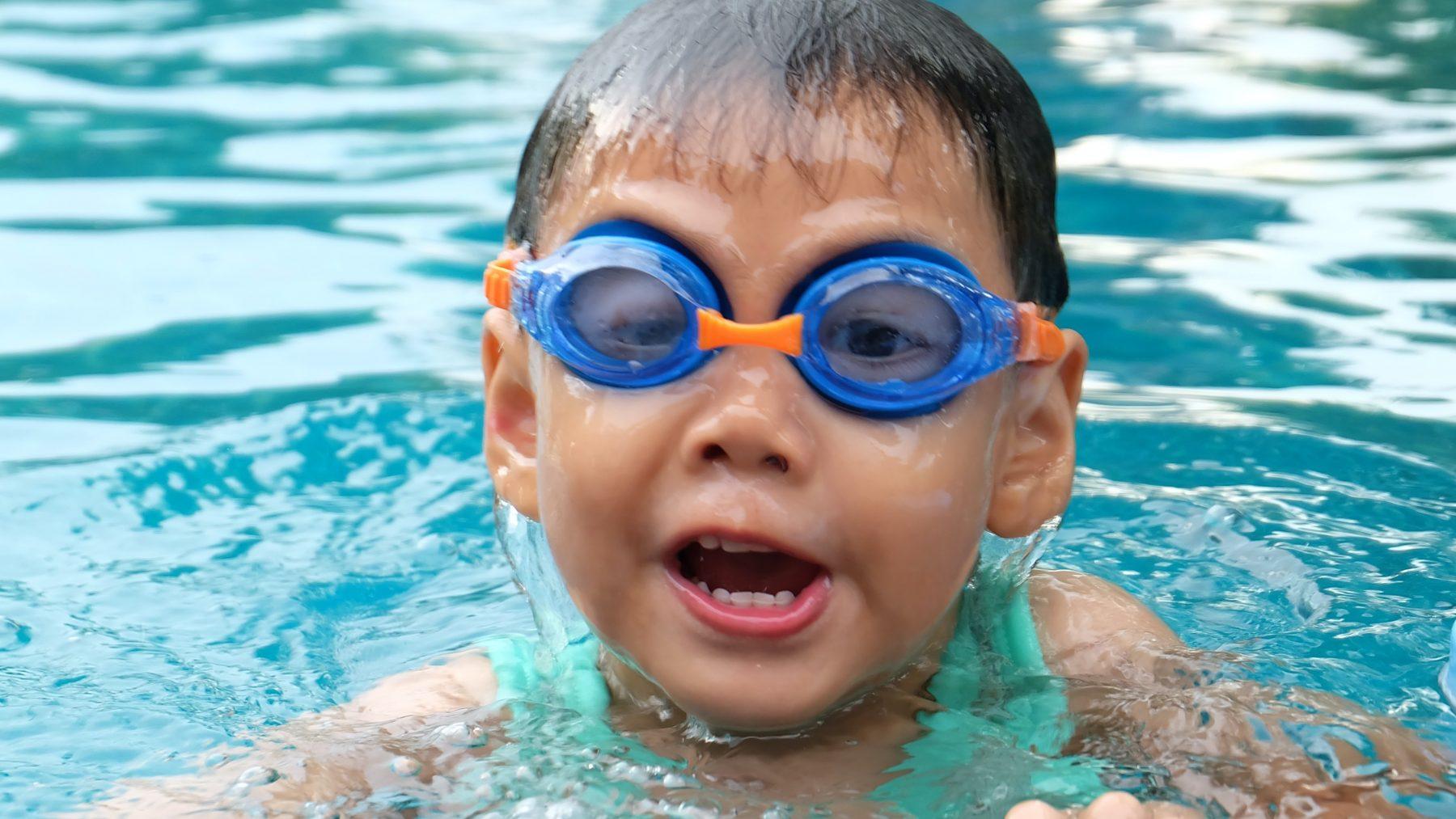 Waarom hebben mensen zwemles nodig, maar dieren niet?
