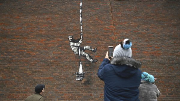 Banksy laat in Bob Ross-video zien hoe hij in het geheim muurschilderingen maakt
