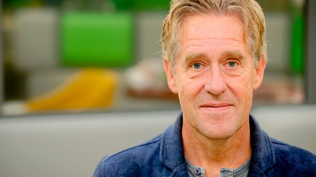 Peter Heerschop brengt ontroerend eerbetoon aan overleden vriend én moeder