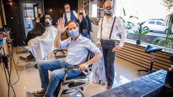 Mark Rutte is van zijn coronakapsel af