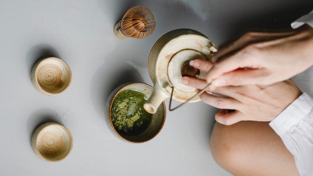 Zó maak je die lekkere - en rete gezonde - matcha latte in je eigen keuken