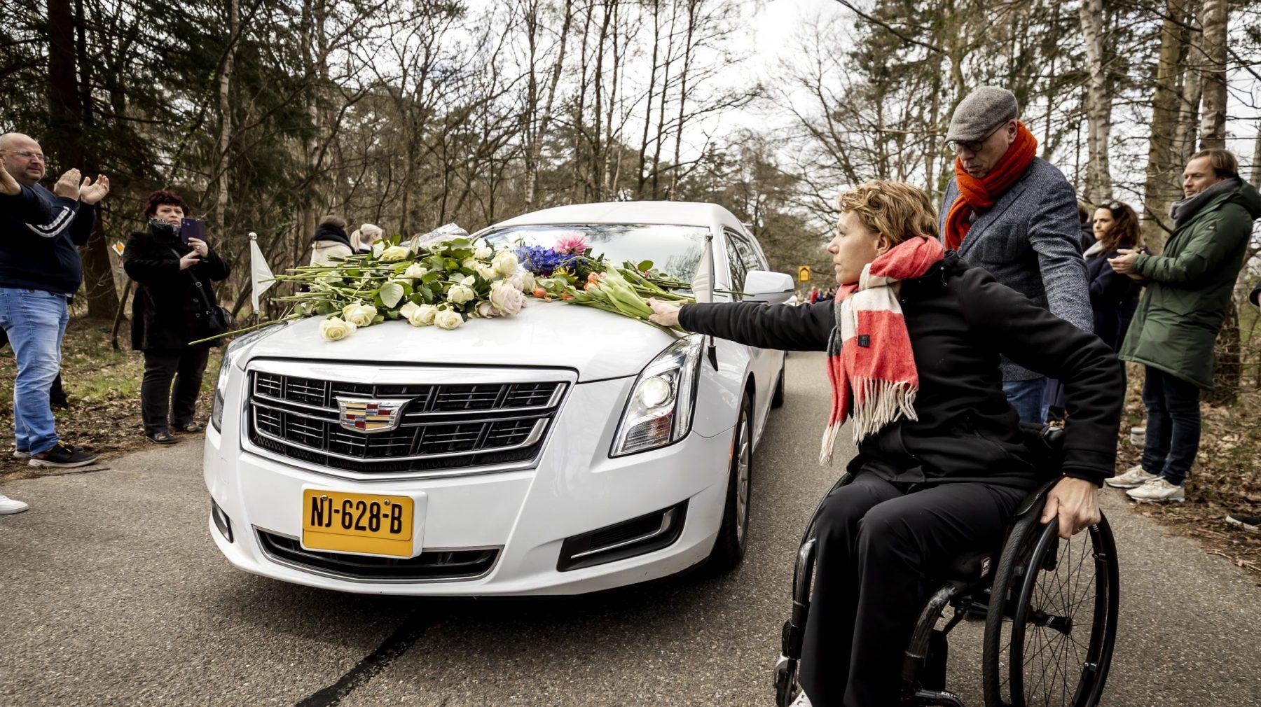 Honderden mensen vormen erehaag en nemen afscheid van Bibian Mentel