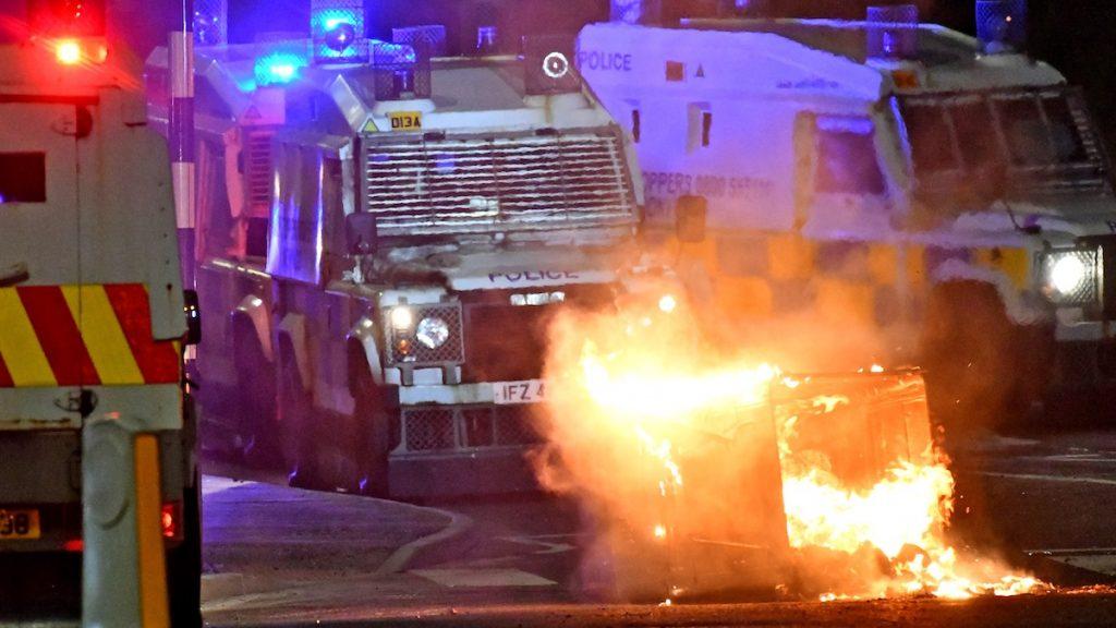 27 gewonde agenten en gigantische rellen, Wat is er in Noord-Ierland aan de hand?