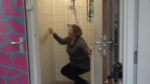 Emel is schoonmaakster in een studentenhuis van Minerva in 'Typisch Leiden': 'Het zijn mijn meissies. De Paapse poezen'