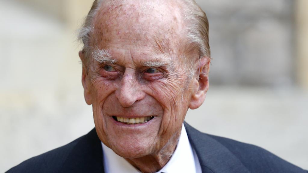 Britse koningshuis herdenkt prins Philip met nooit eerder vertoonde beelden