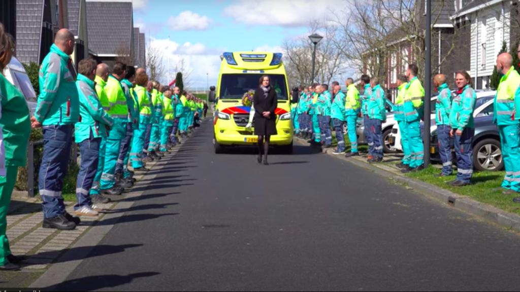 Honderd collega's vormen erehaag bij afscheid ambulanceverpleegkundige Chris