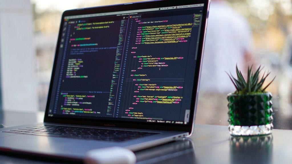 Cybercrimedeskundige Maria Genova geeft tips tegen digitale criminaliteit