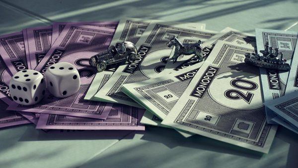 Reddit-gebruiker deelt gigantisch Monopoly-bord dat onder het tapijt verstopt zat