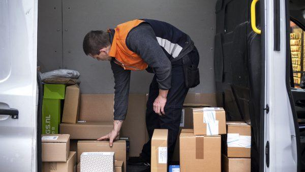 Pakketbezorger krijgt flink afscheidscadeau van buurtbewoners