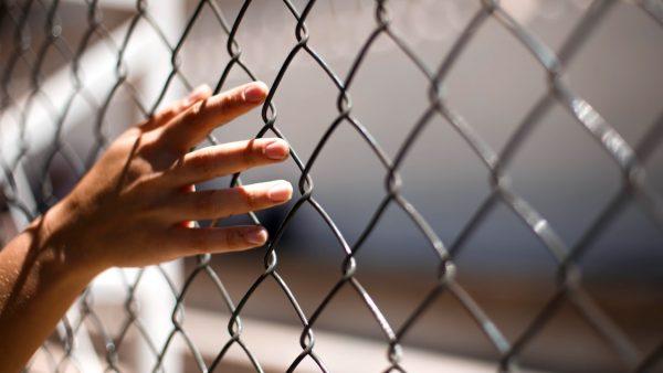 Bajesmedewerker ontslagen na relatie met gevangene