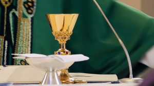 De pastoor van bruid Saskia was katjelam: 'Hij dronk in 1 teug die wijnbeker leeg'