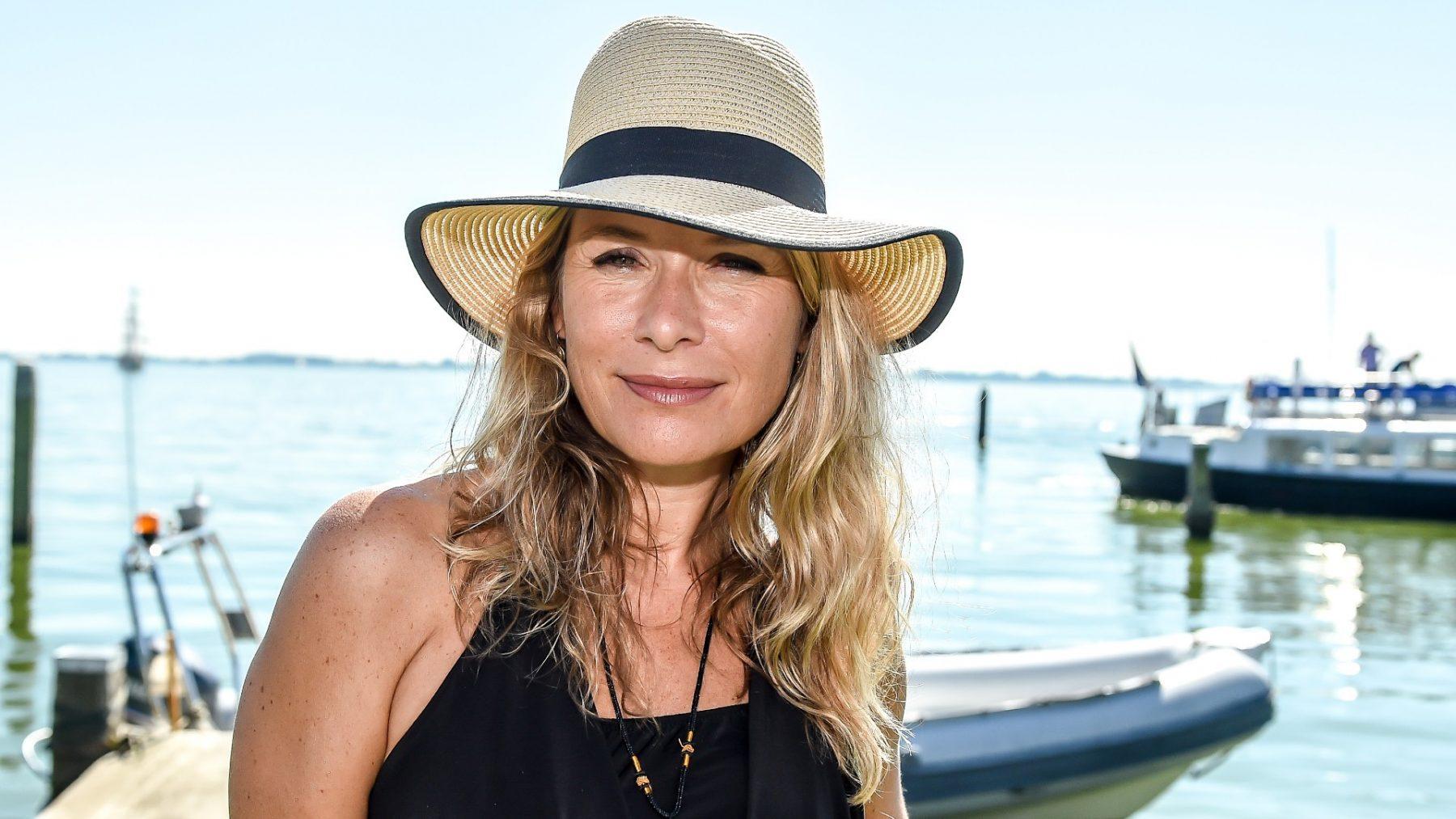 Elle van Rijn krijgt hoepelles van haar moeder (75): 'Gewoon een beetje draaien met je heupen'