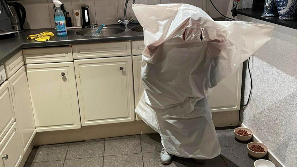 Mariska probeert avondklok te omzeilen in een vuilniszak, maar krijgt tóch een boete