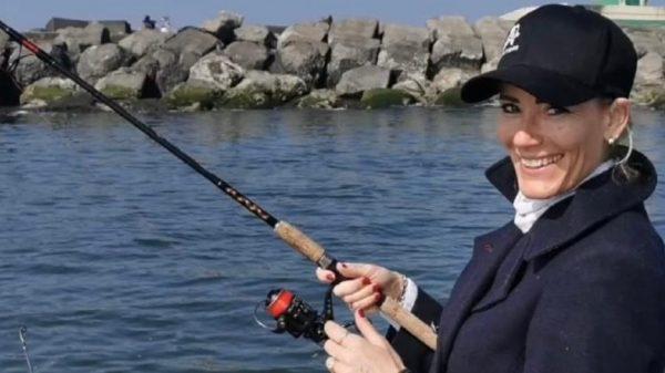 Bo van Roeden (41) vangt snoeken van een meter voor haar visplatform De Barracudas