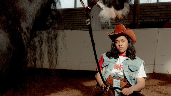 Dominique (23) is knettergek op haar paard: 'Bella trok me door twee depressies heen'