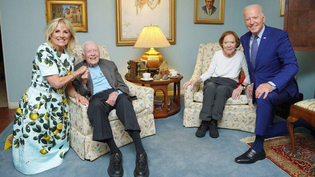 Wat gebeurt er op deze foto van twee Amerikaanse presidenten?