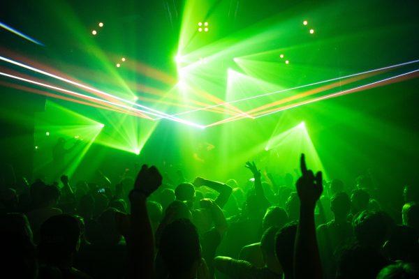 Tientallen boetes bij illegale feesten in Amsterdam en Zeeland