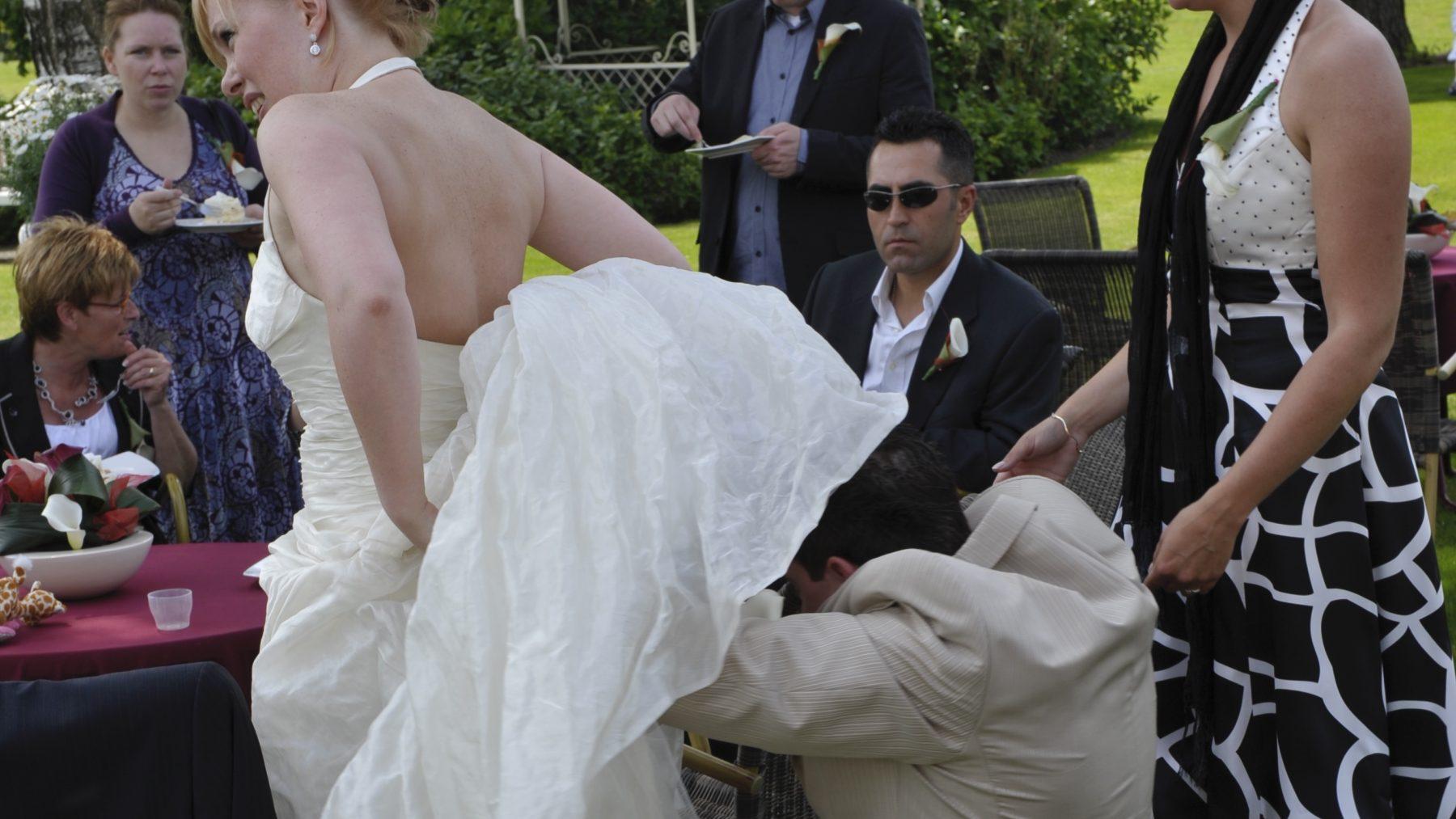 Bruid Danielle kreeg een wesp in haar trouwjurk: 'Mijn man dóók de rok in'