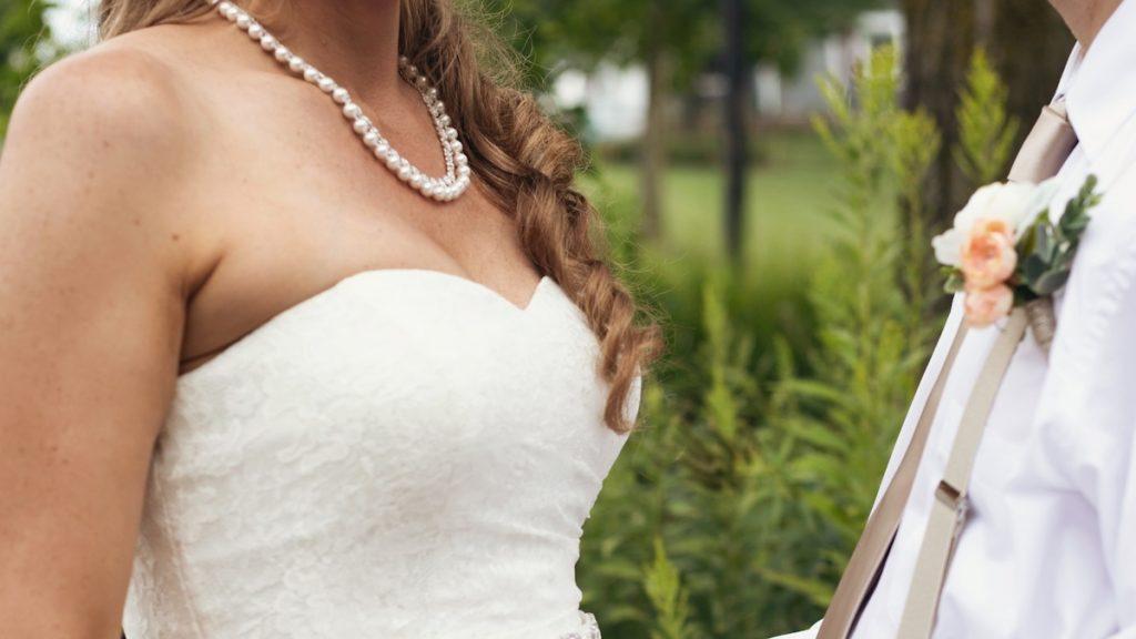 Bruid Sanne dumpte na 2 uur haar afzakkende trouwjurk: 'In de stad een blouse gekocht'
