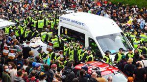 Demonstranten in Glasgow voorkomen arrestatie van twee Indiase mannen
