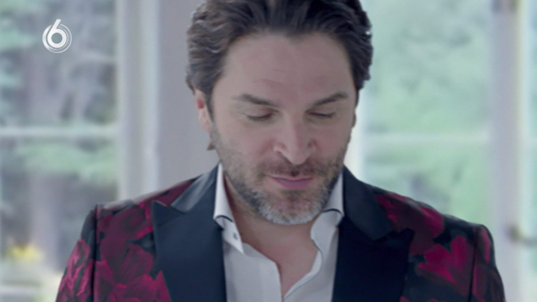 Xander de Buisonjé vertelt in 'Onmogelijke Duetten' over bevalling dochter via draagmoederschap