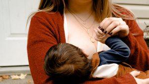 Thumbnail voor Hoe borstvoeding in het openbaar (onterecht) iets 'onfatsoenlijks' werd