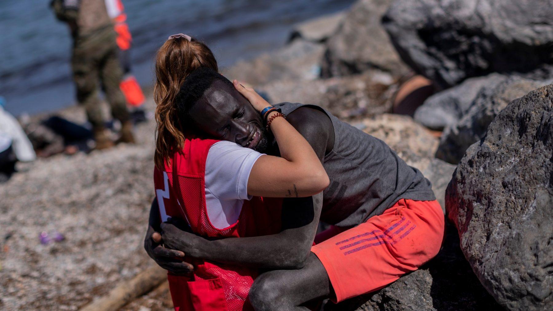 Foto van omhelzing hulpverlener en Senegalese vluchteling gaat viral: 'Symbool van hoop'